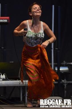 Photo PYRENE Festival 2015 Bordes Pyrénées atlantiques 64 France Reggae Latino photographe adrien sanchez infante Natalia Doco (11)